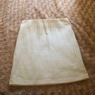 En vit ribbad tajt kjol, strl XS men jag är S och den passade mig
