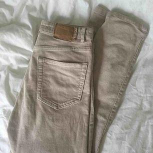 Manchester byxor ifrån pull&bear, storlek 36 och är lite för tighta och korta på mig som är 166cm! Använda fåtal gånger och fint skick!🌼