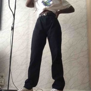 Svarta high waisted och wide leg jeans. Använd endast en gång o jävligt snygg till allt. Priset kan diskuteras.