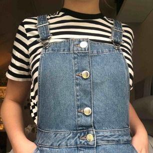 Superfin jeansklänning med knappar framtill! Säljes pga för liten för mig:( Knappt använd!