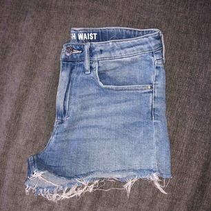 Blåa, högmidjade jeans shorts. Nypris 250 kr. Mycket bra skick.