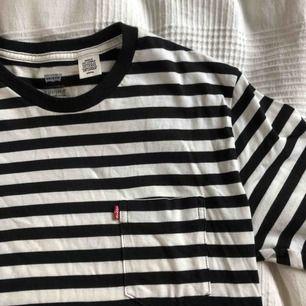 Randig T-shirt från Levis! Jättefint skick, knappt använd. Köparen står för frakt!💖
