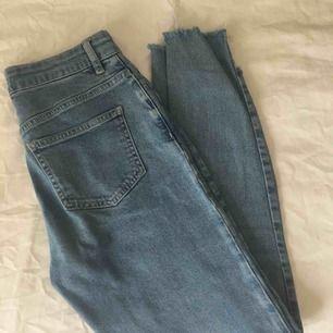 Supersnygga och sköna jeans från nakd! Slitningar längst ner på byxorna och storlek 34🌆