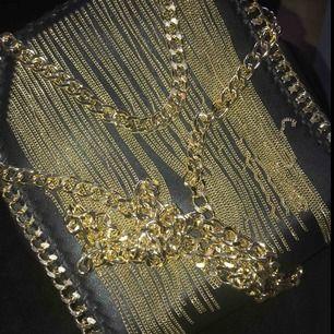 Säljer denna super snygga väska som jag aldrig använt! Säljer pga har en likadan i silver och gillar silver mer! Helt ny! Kan användas som runt armen eller runt axeln🥰