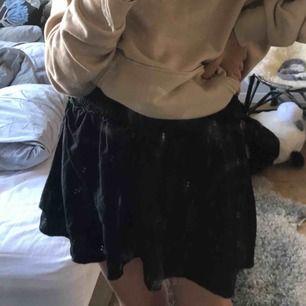 Sååå fin volang kjol från ellos som är i strlk 38-40 vilket är lite konstigt då den sitter jätte bra på mig som har xs, passar en s också!! Vet inte vad ny priset är men den är knappt använd 💕 frakt tillkommer