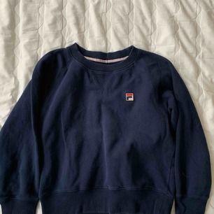 Fila sweatshirt!!!! Köpt på urban outfitters, använd fåtal gånger! Priset EXKLUSIVE frakt och kan mötas i Malmö ✨🦀
