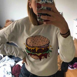 Rolig tröja från Bikbok! Tänkte att den skulle va rolig men har aldrig kommit till användning tyvärr. Fraktkostnad står köparen för👍🏼