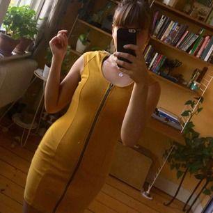 Superstretchig klänning som är så jäkla snygg! Jag gör den inte rätta så för den nu vidare. Köpt secondhand för 150 kr.
