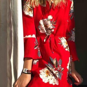 Säljer en super fin röd blommig klänning! Frakt tillkommer!💞💞