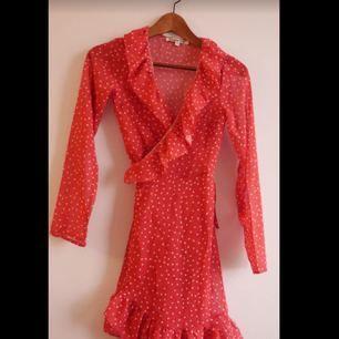 Röd prickig (stjärnor) omlottklänning. Storlek 34 XS skulle jag säga ganska kort Kan hämtas i Lerum eller skickas för 40kr