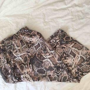 Snygg kjol med ormprint från asos (New look) 🐍