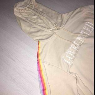 Beige tunn hoodie från H&M Limited edition därav den guldiga lappen. Text på bröstet : LOVEUNITED, regnbågsfärger längst armen. Skönt material och toppenskick. Kontakta om du är intresserad eller har några frågor. Nypris: 150:-