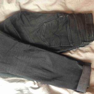 Säljer ett par svarta Levis Jeans, skinny modell.  Färg: Grå/Svarta Nypris:1000kr  Säljer för 350+frakt.  Använda fåtal ggr.