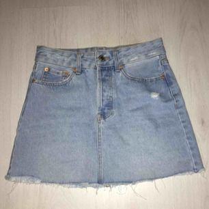 Ljusblå kjol från Bershka, lite slitningar här och där (köpt så). Använd 2 gånger så den är som ny. Köpt i Spanien och är i superbra skick. Nypris 350:- 💞 Kontakta vid intresse😊