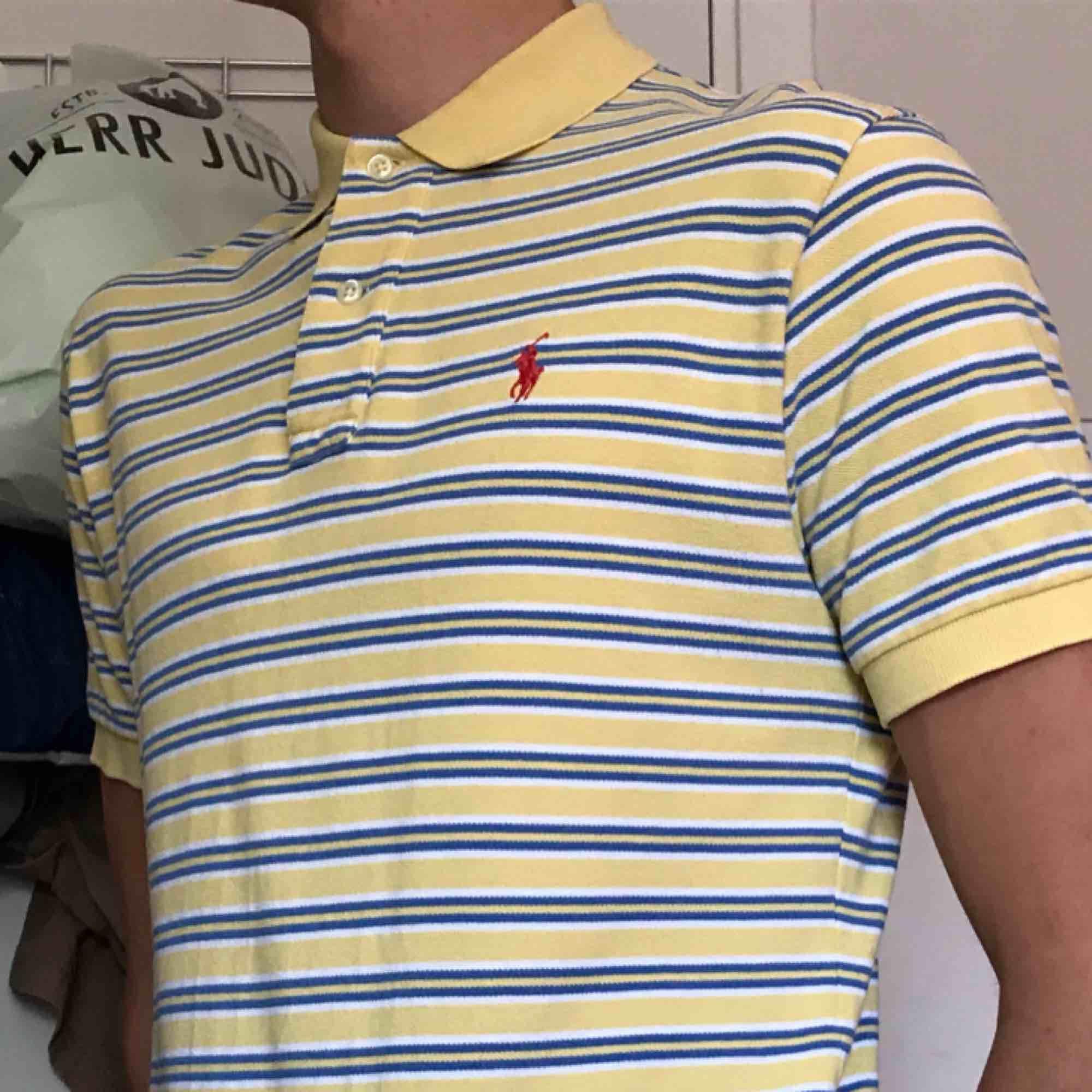 Pike från Ralph Lauren, Strl S herrmodell men passar unisex🌻 100kr Knappt använd💞. Skjortor.