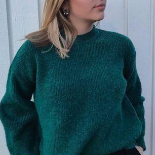 Grön stickad tröja från chiquelle. Använd endast ett få tal några gånger. Frakt tillkommer💕