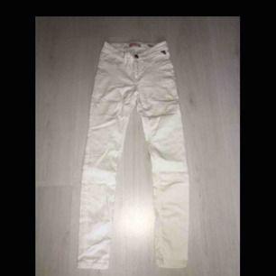 Vita högmidjade jeans från New Yorker, skönt material och i toppskick. Aldrig använt pga inte något tillfälle till dom. Hör av er om ni är intresserade. 💞 Nypris 200:- 💞