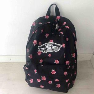 Svart Vans ryggsäck med rosa rosor på. Väskan är använd men i väldigt bra skick, inga fläckar eller hål någonstans :) nypris 400kr💖