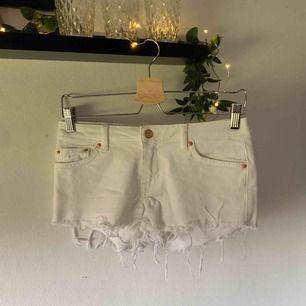 Vita slitna jeansshorts i nytt skick, aldrig använda, därav säljer jag dem☺️