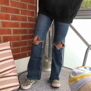 Blå flared byxor med hål på knä & avklippta nertill, lagom långa till mig som är 165cm. Frakt ingår i priset