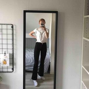 Ett par jättefina svarta bootcut jeans från dr denim. Endast använda 1-2 gånger. 54 kr frakt tillkommer💖 Nypris: 500kr