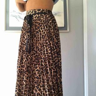 Plisserad leopardmönstrad kjol från ZARA, gott skick och absolut inte sliten. Skriv gärna om ni har frågor.
