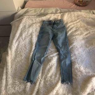 Ljusa Molly jeans, högmidjade. Storlek xs. Fransiga nere vid benen.