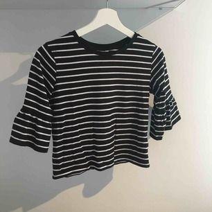 Säljer en supersöt randig tröja med utsvängda ärmar från Cubus, den är inte använd speciellt mycket! Frakt tillkommer!
