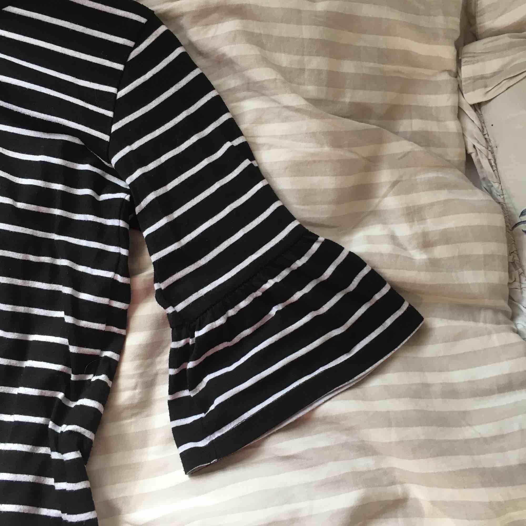 Säljer en supersöt randig tröja med utsvängda ärmar från Cubus, den är inte använd speciellt mycket! Frakt tillkommer!. Toppar.