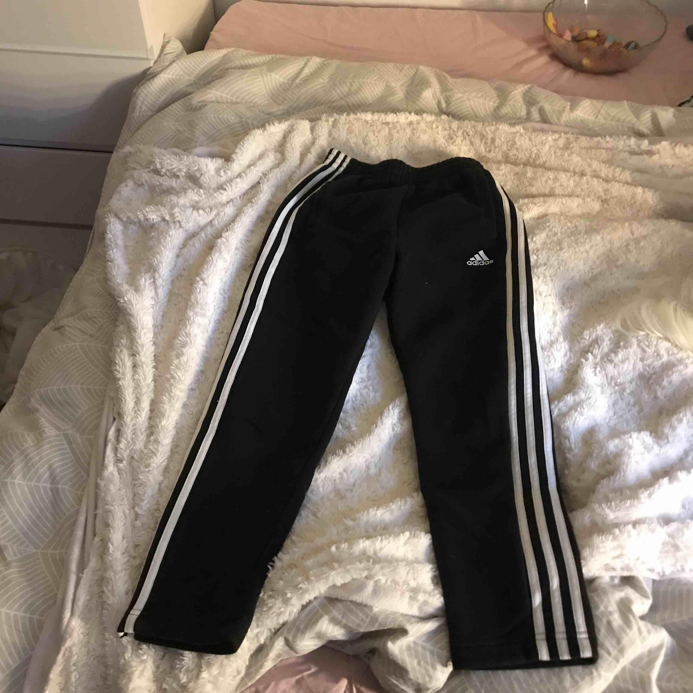 Adidasbyxor, bomull, mjukis. Lapp med storlek borta men det är storlek XS/S. Köpt för ca 350-400 kr. (Pris går att diskutera. ). Jeans & Byxor.