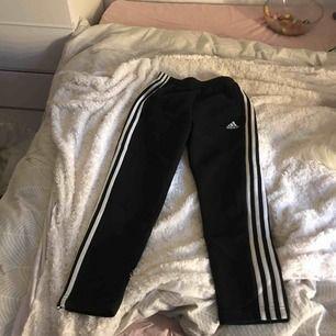 Adidasbyxor, bomull, mjukis. Lapp med storlek borta men det är storlek S. Köpt för ca 350-400 kr. (Pris går att diskutera. )