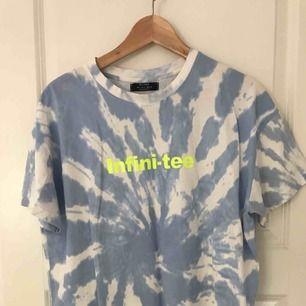 T-shirt från Bershka, använd ensdast den gången ni ser på bilden. Frakt ingår ej i priset.