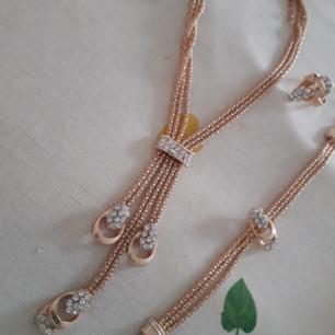 Urfint guldigt smyckeset som jag tyvärr ej vet vart det är ifrån. Setet innehåller: halband, armband, ring o örhängen. Kommer ej rill användning då jag sällan går på större festliga tillställningar. Fri Frakt.