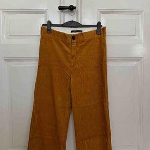 SNYGGA orange/gula manchesterbyxor ifrån zara! Storlek Large men passar definitivt medium  ! Använda en gång🌟 pris exkl frakt