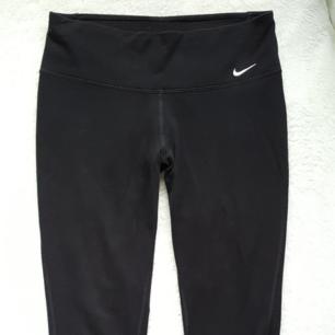 Svarta Nike tights i fint skick. Storlek M men tycker de är rätt små i storleken och mer som ca S. Fraktkostnaden blir 54kr.