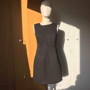 Sötaste svarta klänningen i storlek S. Blixtlås i baksidan av klänningen. Aldrig använd, prislapp sitter kvar.