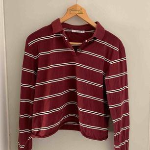 Snygg tröja från pull&bear i storlek S, den är kroppad. Aldrig använd endast prövad! Köpare står för frakten