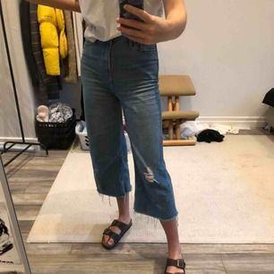 Det är dags för dessa underbara jeans att få en ny ägare då jag ej längre får användning för dem! Supersnygga från Urban Outfitters, använda ett antal gånger men är i gott skick.