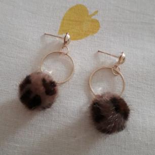 Ursöta guldiga örhängen med hängande leopardboll! Från JFR o aldrig använda. Frakt: 9:-