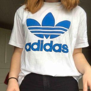 Snygg T-shirt från Adidas, inte använd allt för mycket så i bra skick. Köparen betalar frakt.