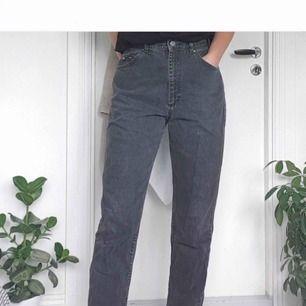 säljer dessa super snygga mom jeans från Lee. säljer pga fel storlek, super fint skick!