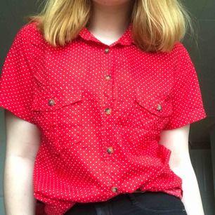 Röd prickig blus/skjorta aldrig använd så därav väldigt bra skick.  Köparen betalar frakt