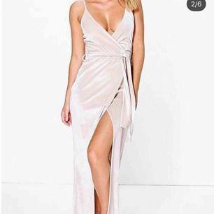 Champagnefärgad/Camel/beige sammetsklänning med hög slits. Storlek 36. Stretch-material. Endast testad. Finns på flera sidor.