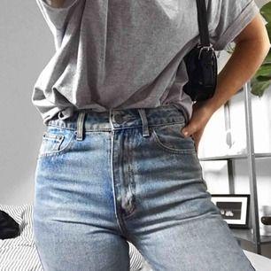 Säljer ursnygga högmidjade jeans med hål vid knäna från NA-KD. Jeansen är endast använda vid få tillfällen och är i bra skick.