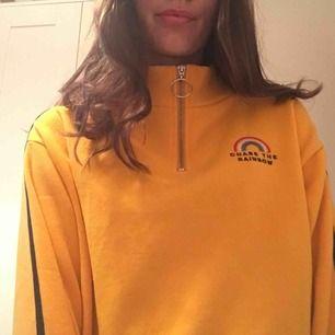 """En croppad  gul """"hoddie""""  från H&M med polakrage och dragkedja framtill. Använd 1 gång då det är fel storlek för mig som har S. (Om man inte vill ha lite oversize) frakt på 36kr tillkommer."""