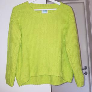 Stickad tröja i härligaste neonfärgen. Lite nopprig längst ner, men annars fint skick.