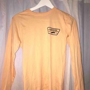 Longsleeve tshirt i aprikos färg från Vans i storlek XS men passar även S, aldrig använd!! 🥰🥰