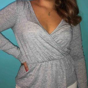 Basic grå långärmad tröja 💛 Från BikBok 💛 Storlek S 💛 Möts eller så står köparen för frakten!   ❗️Först till kvarn får tröjan❗️