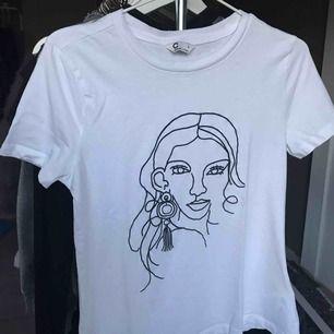 Superfin t shirt från Cubus, aldrig använt den så den är ny. Ifall du har frågor, tveka inte att fråga! Kan fraktas om du står för 39kr frakt!😊💕