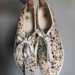 Superfina blommiga skor som sitter toppen på fötterna, använt 1 gång på en skolavslutning!😊 Tveka inte att fråga om du har frågor! Fraktar pm du står för frakten😊💕